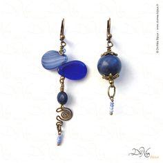 Solitaire (Boucles d'oreille asymétriques)    Matières : Perles anciennes chinées, Sodalithe, Lapis Lazuli,laiton vieilli    DiviNéa Bijoux sur http://www.divinea-bijoux.fr & http://www.facebook.com/divinea.bijoux.fr