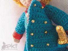 Boneco Pequeno Príncipe de casaco azul Amigurumi crochê