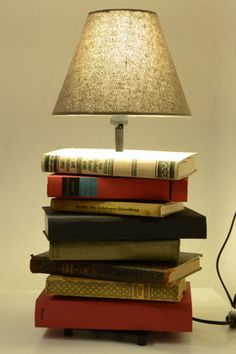 Light your rooms ! The best DIY idea: a lamp made from old books and a lamp foot bought in Ikea Natural Floor Lamps, Lamp Redo, Book Furniture, Book Lamp, Farmhouse Lamps, Light Project, Contemporary Decor, Lampshades, Diy Projects To Try