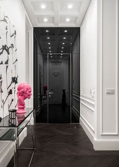 Чтобы отдать дань оригинального здания, который показывает декоративный фасад, эта квартира имеет скульптурные лепные элементы в паре с современным дизайном и мебелью, чтобы создать квартиру, которая сочетает в себе старое и новое.