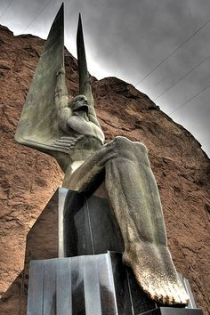 Art Deco Hoover Dam angel statue I've seen these in person, awesome. Art Nouveau, Statue Art, Art Deco Stil, Hoover Dam, Foto Art, Art Deco Design, Art Deco Fashion, Places To See, Street Art