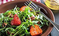 Καλοκαιρινή σαλάτα με σικορέ, φράουλες και βινεγκρέτ με φυστίκι Αιγίνης