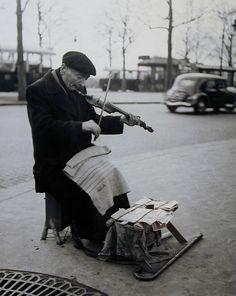 Violoneux, Porte de St. Cloud, Paris, 1949-1950, Sabine Weiss. Swiss, born in 1924.
