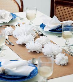 Para variar e surpreender, experimente decorar a mesa com delicadas flores de papel crepom