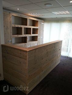 WOODIEZ | Mooie steigerhouten toonbank of balie voor in een winkel, kantoor of kantine. #maatwerk #steigerhout #toonbank #balie