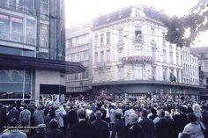 """Brand in de """"Sarma"""" aan de Nationalestraat, 1966. Rechts het warenhuis """"Au bon Marché."""