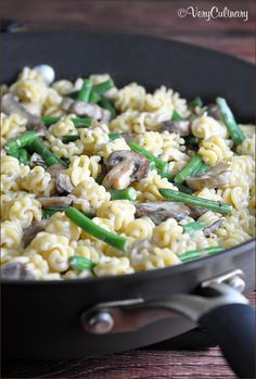 Pasta with Mushrooms & Green Beans. Pasta earthy mushrooms and tender green beans are coated with a thyme and cheese cream sauce. On the table in 30 minutes! Pasta Recipes, Real Food Recipes, Vegetarian Recipes, Dinner Recipes, Cooking Recipes, Healthy Recipes, Giada Recipes, All You Need Is, Pasta Sauce