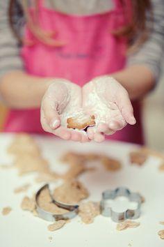 making Christmas cookies...Das sind genau meine Foermchen!