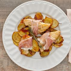 Enjoy a tasty and delicious meal with your loved ones. Learn how to make Rosemary-prosciutto chicken with potatoes & see the Smartpoints value of this great recipe. Ww Recipes, Potato Recipes, Great Recipes, Dinner Recipes, Chicken Ham, Chicken Potatoes, Plats Weight Watchers, Weight Watchers Meals, Yummy Food