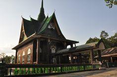 Desde 1984, os monges budistas do templo Wat Pa Maha Chedi Kaew, de Sisaket, província da Tailândia, coletam garrafas de vidro com um único objetivo: construir um complexo religioso.