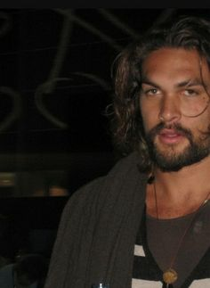 This man is so sexy! Jason Momoa Aquaman, Red Team, My Sun And Stars, Hollywood, Man Alive, Movie Stars, Actors & Actresses, Beautiful Men, Sexy Men