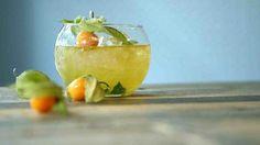 L'intrigue Jus de lime, sucre en poudre, feuille de menthe, Cognac, Jus de fruit de la passion, l'intrigue dans un verre, santé!
