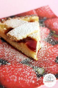 La Crostata morbida con crema e marmellata è una soffice e gustosa crostata bigusto. Invece della solita marmellata aggiungendo la crema otterrete un delizioso dessert.
