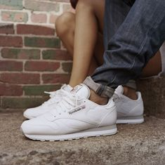 Reebok Classic White Pack (Lato 2014) - Tags: casual, white leather sneakers, white & gray sole, low-top, running, on feet, cuffed denim