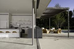 Steel tube columns, metal deck roof Canopy Brentwood Residence / Belzberg Architects
