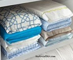 Organise your linen cupboard in five steps Queen Bed Linen, King Or Queen Bed, Bedroom Organisation, Diy Organization, Folding Fitted Sheets, Trending On Pinterest, Minimalist Desk, Linen Cupboard, Earring Storage
