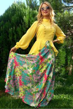 Renkli yüksek bel kloş etek tesettür giyimli bayanların yaz dönemi için vazgeçilmez modeli olmuştur. Ürün, desenli krep kumaş olup İlknur Karaca özel tasarımıdır.