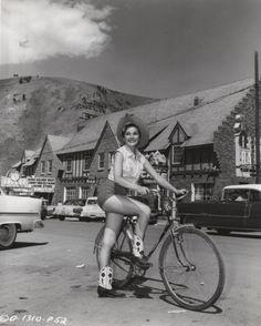 Felicia Farr mounts a bike in Jackson Hole. Hollywood Actresses, Old Hollywood, Felicia Farr, Cycling Magazine, Retro Bike, Columbia Pictures, Classic Image, Classic Films, Vintage Photographs