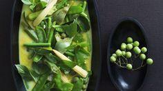 Die thailändische, grüne Verführung! : Curry mit grünem Gemüse auf thailändische Art | http://eatsmarter.de/rezepte/curry-mit-gruenem-gemuese-auf-thailaendische-art