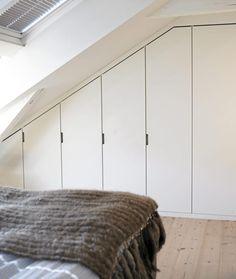 For å utnytte plassen på soverommet optimalt, har skaprekken blitt bygd inn og tilpasset skråtaket.