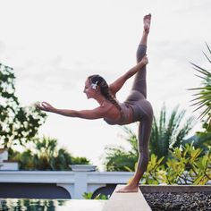 Jacquelyn Umof is a vision in the Continuity Capri and Aria Bra #aloyoga #beagoddess
