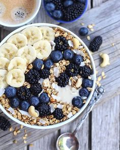 Happy new week take all the chances ? Had a long sleep so much needed! And I'm soon off for a #MorningRun. But first some Bowl inspiration for you: Fluffly White Chocolate and Vanilla Porridge with all the BLUE Berries crunch Cashew-Vanilla Granola Banana and white Almondbutter #heaveninabowl indeed ? What will be on your bowl/on your plate today? As I got so many questions about intermittent fasting please have a look at my blog! Wish you all an amazing start into this new week…