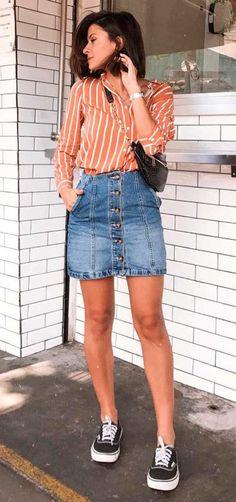 #GuitaModa. Camisa laranja com listras brancas, minissaia jeans com botões, tênis preto vans old skool, pochete na atravessada, transversal