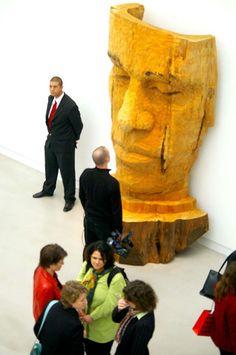 »Große Maske« aus libanesichem Zedernholz von Stephan Balkenhol.