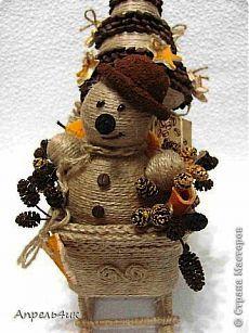 Новогодняя композиция из джута и кофейных зерен. Снеговик, елочка и санки.