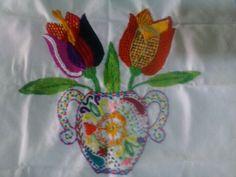 Florero con tulipanes. Bordado fantasía mexicano.