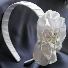 Diadema CHANEL, diadema o, hecha a manelaborada en raso, aplicación con perlas y piedras de swaroski. Diseño propio de Maud Design.