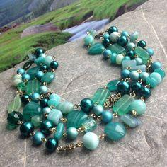 Korálky z mechu a kapradí Delší ketlovaný náhrdelník z voskovaných, perleťových a skleněných korálků v kombinaci zelené, petrolejové, mentolové a tyrkysové. Délka 122 cm, zapínání karabinka v barvě mosazi - lze omotat 2x kolem krku K náhrdelníku se hodí náušnice a náramek
