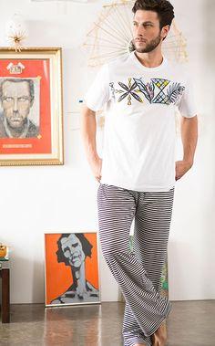 Confeccionado de Meia malha 100%Algodão o conjunto traz estampa localizada exclusiva e calça totalmente realizado com encontro de listras.
