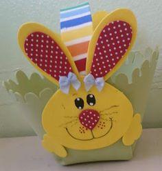 Cestinhas para páscoa! Kids Crafts, Map Crafts, Easter Crafts, Arts And Crafts, Easter Hunt, Black Construction Paper, Paper Gift Bags, Ideas Para Fiestas, Miniature Crafts