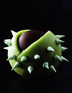 Châtaigne, praliné, glace royale, enrobage chocolat et pâte d'amande - Christophe Felder