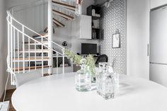Lundin Fastighetsbyrå - 1,5:a Eriksberg - Mysig etagelägenhet där gammalt möter nytt Small Places, Divider, Stairs, Interior Design, Room, Furniture, Small Homes, Home Decor, Ideas