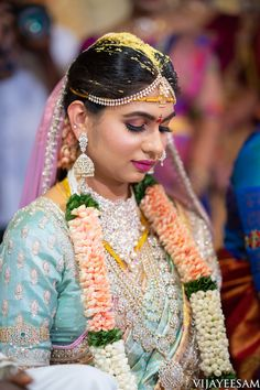 Lots Of Eye Pleasing Details At This Wedding Extraordinaire South Indian Bridal Jewellery, Bridal Jewelry, Bridal Makeup Looks, Bridal Looks, Diamond Earrings Indian, Diamond Jewellery, Shadow Photography, Traditional Indian Wedding, South Indian Bride