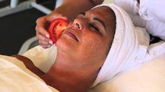 WAUW! Ze wrijft een minuut plakjes tomaat over haar gezicht, het resultaat is verbluffend!