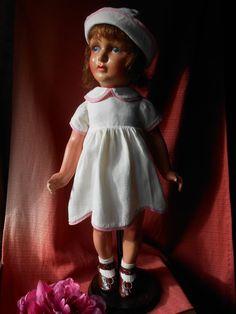 Poupée Ancienne en composition FOR SALE • EUR 79,00 • See Photos! Money Back Guarantee. Jolie poupée ancienne en composition, yeux peints bleus, bouche fermée, robe , chapeau , culotte et chaussettes d'origine, chaussures récentes en cuir. Perruque d'origine, (elle est entierement d'origine sauf les 182408923296