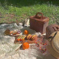 Picnic Date, Summer Picnic, Summer Aesthetic, Aesthetic Food, Italian Summer, Pin On, Aesthetic Pictures, Fresco, Summertime