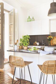 Piso Elia Granollers 0200. En la cocina. Muebles y paredes en blanco hacen que solo haya una estrella: el mosaico hidráulico.
