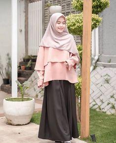 Casual Hijab Outfit, Hijab Chic, Ootd Hijab, Fashion Poses, Skirt Fashion, Fashion Dresses, Hijab Gown, Hijab Style Tutorial, Hijab Fashion Inspiration