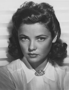 Vintage Hairstyles A beautiful photo of a young Gene Tierney. Old Hollywood Glamour, Vintage Hollywood, Hollywood Stars, Classic Hollywood, Hollywood Divas, Gene Tierney, Look Vintage, Vintage Beauty, Retro Vintage