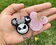 Diy Resin Projects, Diy Resin Art, Diy Resin Crafts, Diy Crafts For Gifts, Diy Resin Keychain, Acrylic Keychains, Girly Phone Cases, Mouse Crafts, Resin Molds
