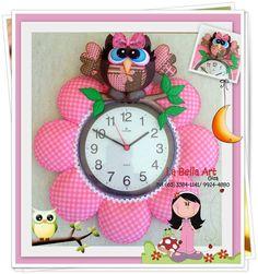 RELÓGIO CORUJINHA | La Bella Art | 3467DC - Elo7 Foam Crafts, Fabric Crafts, Diy And Crafts, Felt Toys, Felt Flowers, Softies, Projects To Try, Artsy, Clock