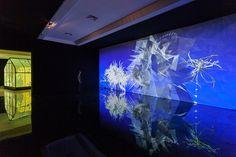 miguel chevalier genera fiori frattali con la realtà virtuale in quest'opera immersiva interattiva in realtà virtuale.  http://virtualmentis.altervista.org/