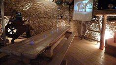 Décoration de mariage bohème chic, dans une vieille grange, jeux de lumières sur les murs en pierre Outdoor Furniture, Outdoor Decor, Decoration, Entryway Tables, Architecture, Design, Home Decor, Hobo Chic, Barn