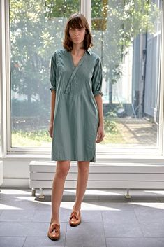Jetzt ist die perfekte Zeit für die neuen Leinenkleider von Rosso35. Das italienische Designerlabel mit Sitz in Genua ist Spezialist für sommerliche Kleider in Leinen. Mehr auf www.strauch.at Designer, Shops, Shirt Dress, Casual, Fashion Trends, Dresses, Genoa, Vestidos, Tents