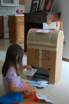 DIY how to make cool cardboard toys for kids! - I cant get enough of all these awesome DIY kid craft/toy ideas. Kids Crafts, Projects For Kids, Diy For Kids, Diy Projects, Cardboard Toys, Cardboard Playhouse, Cardboard Furniture, Dramatic Play, Diy Toys