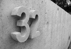 HAUSNUMMER aus BETON 24cm ARIAL / Viele Farben